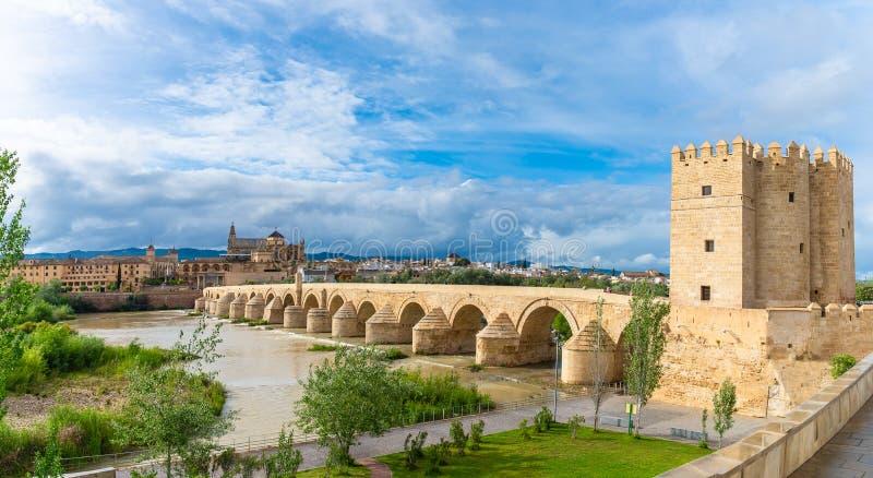 Paisaje con el puente y la torre romanos de Calahorra en Córdoba, España imágenes de archivo libres de regalías