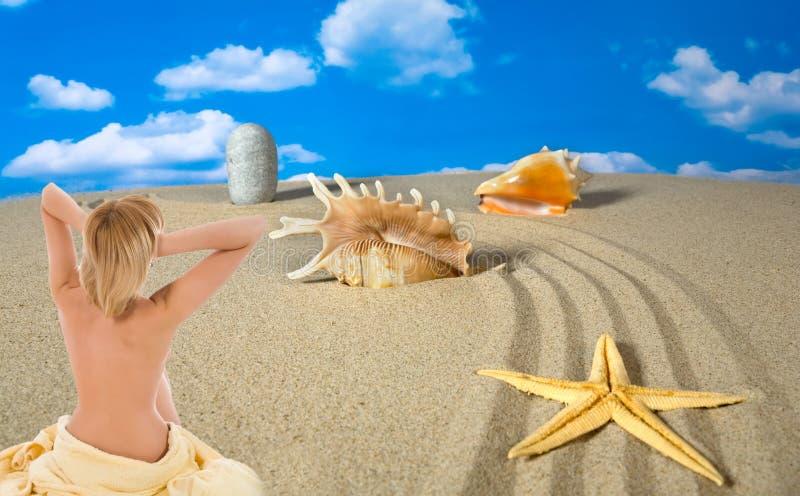 Paisaje con la concha marina y las piedras en el cielo