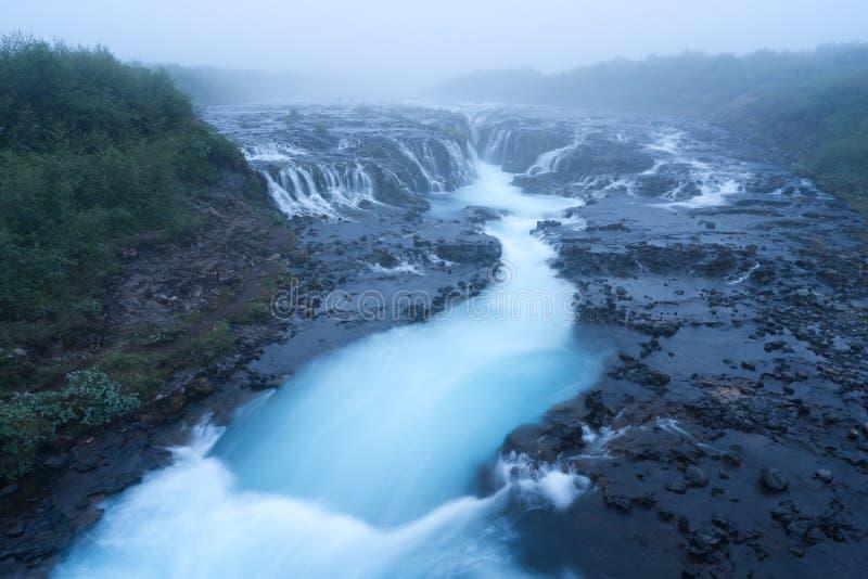Paisaje con la cascada de Bruarfoss en Islandia foto de archivo