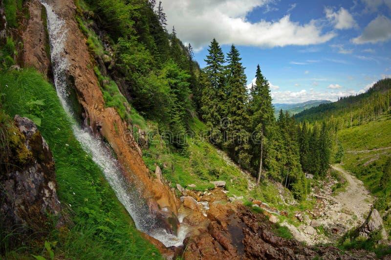 Paisaje con la cascada en las montañas foto de archivo libre de regalías