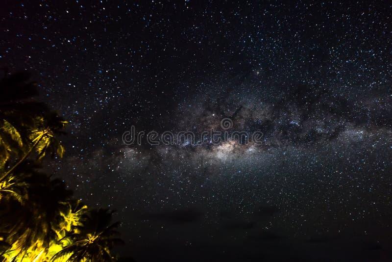 Paisaje con la galaxia de la vía láctea Cielo nocturno con las estrellas y el mar imagen de archivo libre de regalías