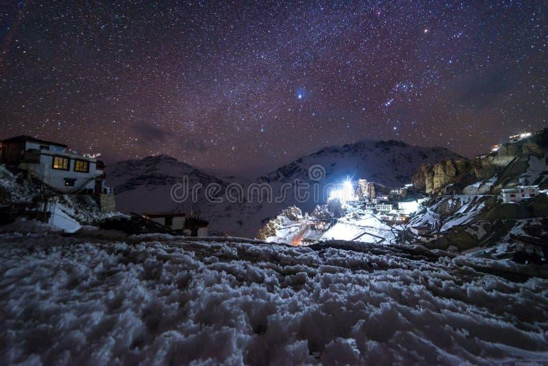 Paisaje con la galaxia de la v?a l?ctea Cielo nocturno con las estrellas fotos de archivo libres de regalías