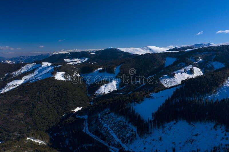 Paisaje con la gama de montañas imagenes de archivo