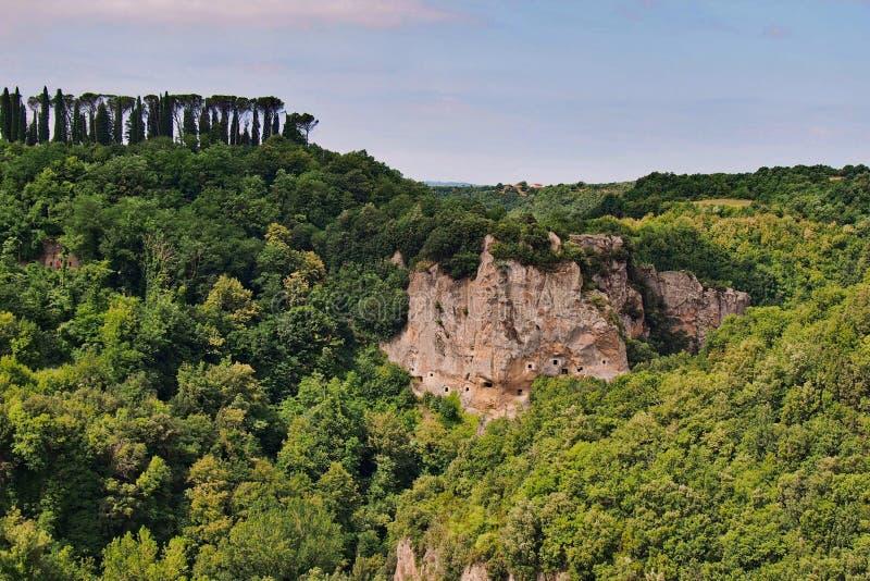 Paisaje con las cuevas viejas de Etruscan cerca de Sorano fotografía de archivo libre de regalías
