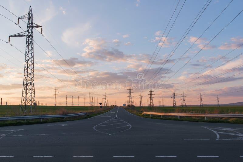 Paisaje con las líneas eléctricas de alto voltaje Distributio de la electricidad imágenes de archivo libres de regalías