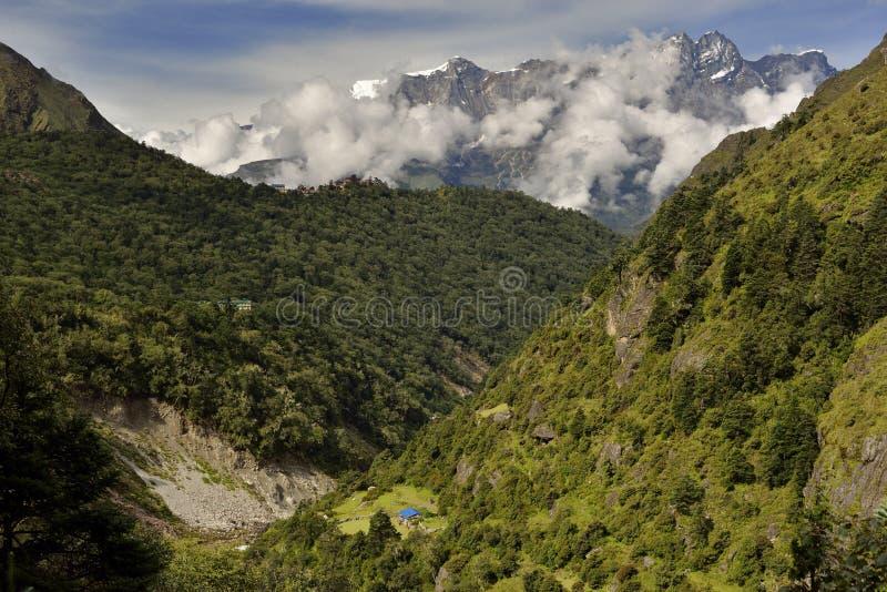 Paisaje con las montañas Himalayan en el fondo en el camino al campo bajo de Everest, imagen de archivo