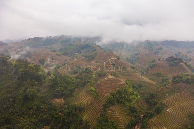 Paisaje con las montañas y los campos colgantes del arroz del PA del Sa foto de archivo libre de regalías