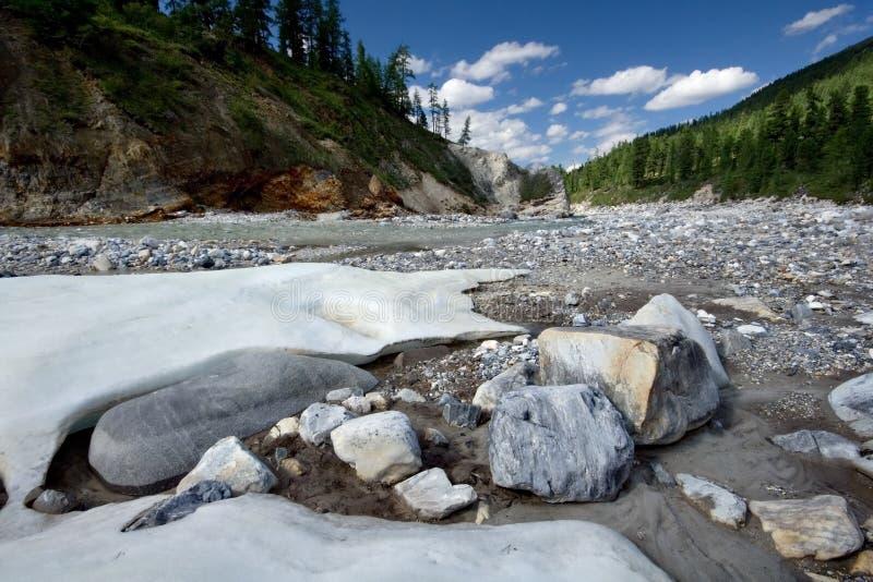 Paisaje con las piedras y el hielo. Siberia, Rusia, taiga fotos de archivo