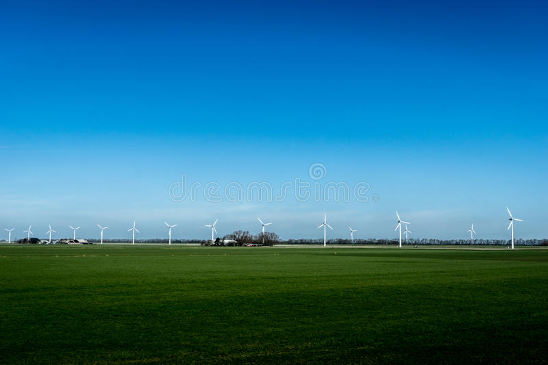 Paisaje con las turbinas de la energía eólica