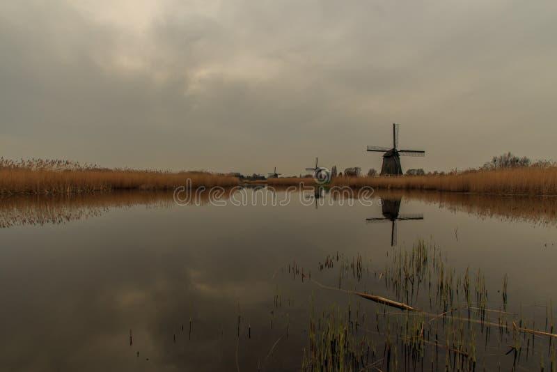 Paisaje con los molinoes de viento fotografía de archivo