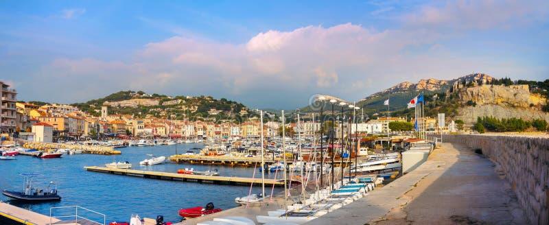 Paisaje con puerto deportivo en el puerto turístico de Cassis al atardecer. Francia, Provenza fotos de archivo libres de regalías