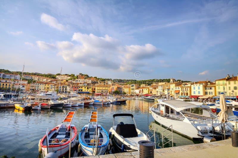 Paisaje con puerto deportivo en la bahía de Cassis ciudad turística al atardecer. Francia, Provenza imagen de archivo