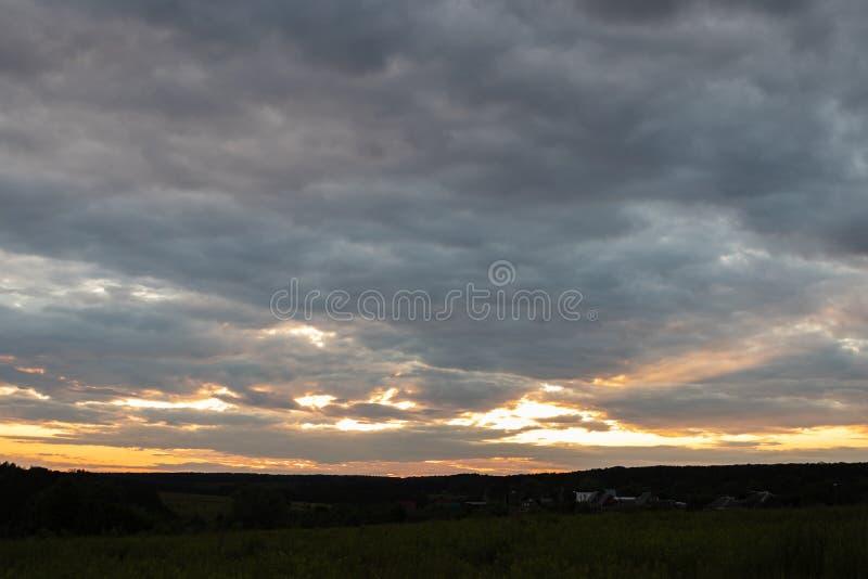 Paisaje con puesta del sol Hermosa vista del cielo colorido brillante en la puesta del sol por la tarde del verano como fondo fotografía de archivo libre de regalías