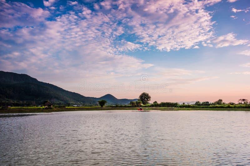 Paisaje con puesta del sol sobre el lago fotos de archivo libres de regalías