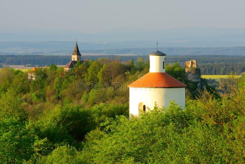Paisaje con ruina de la Rotonda y del castillo imágenes de archivo libres de regalías