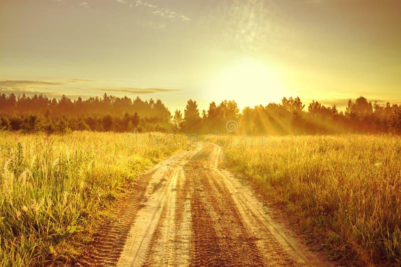 Paisaje con salida del sol y el camino foto de archivo