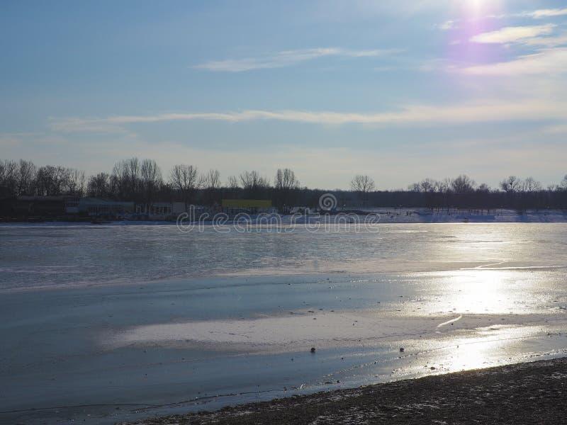 Paisaje congelado hermoso del lago imagen de archivo