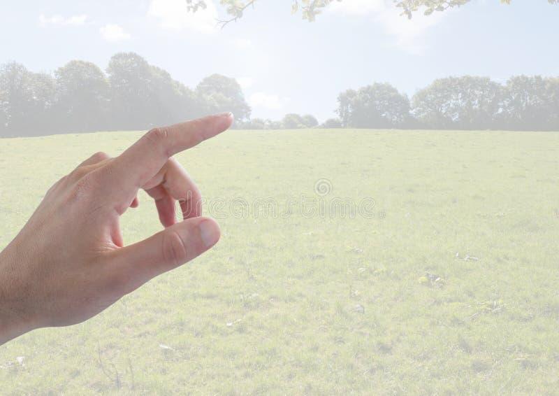 Paisaje conmovedor de la mano con el campo y el cielo fotos de archivo