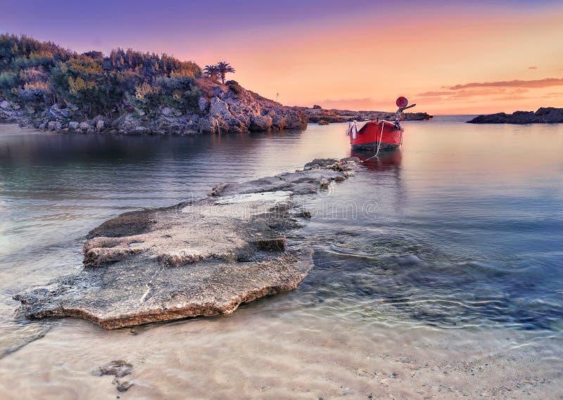 Paisaje costero asombroso en la puesta del sol Playa de la roca y solo littl fotos de archivo