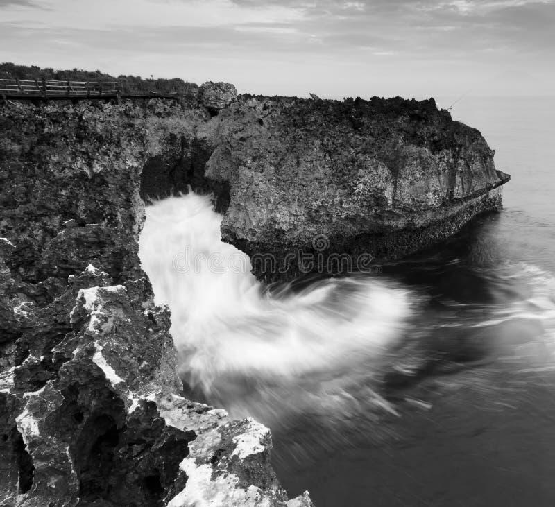 Paisaje costero blanco y negro en el soplo del agua, Bali imagen de archivo libre de regalías