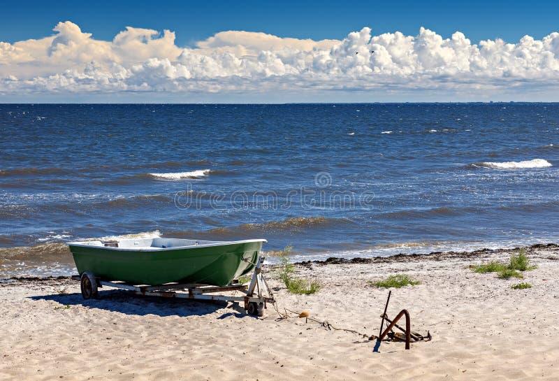 Paisaje costero con el barco de pesca plástico foto de archivo