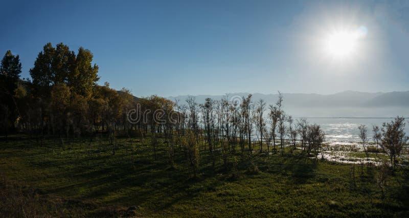 Paisaje costero del lago del erhai imagenes de archivo