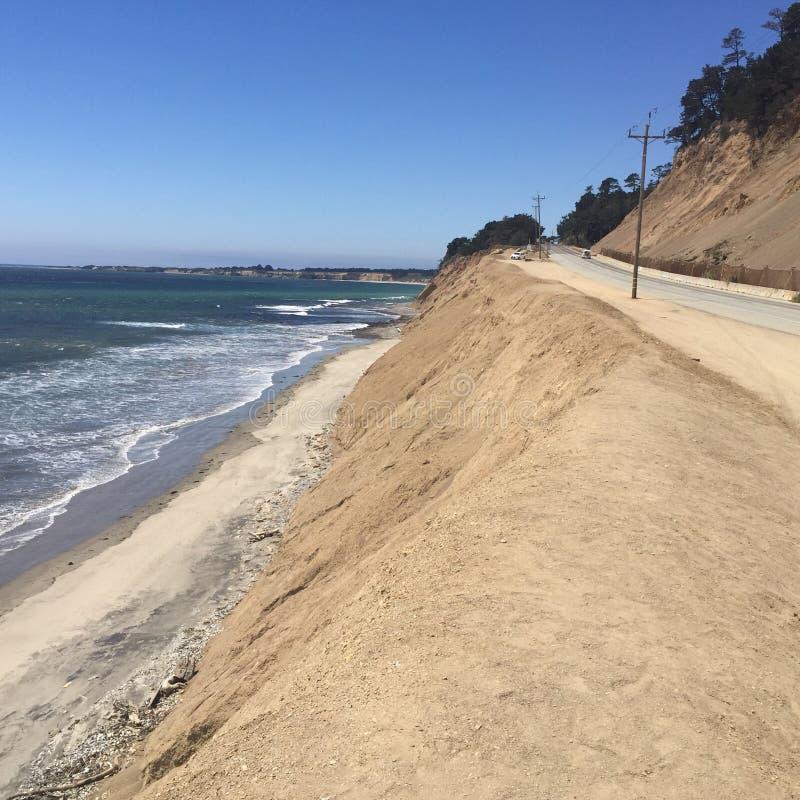 Paisaje costero del océano con agua y las montañas fotos de archivo libres de regalías
