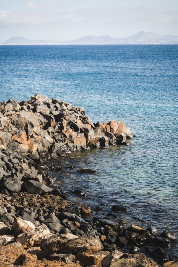 Paisaje costero en el Blanca de Playa con Fuerteventura en la parte posterior fotos de archivo libres de regalías