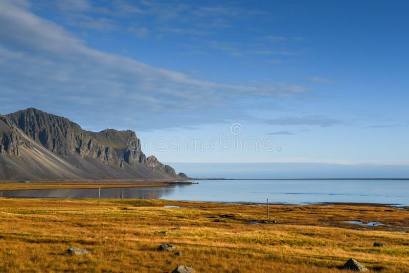 Paisaje costero en el otoño de Islandia imagen de archivo libre de regalías
