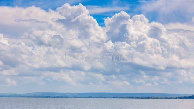 Paisaje cubierto sobre el lago Balatón de Hungría imagenes de archivo