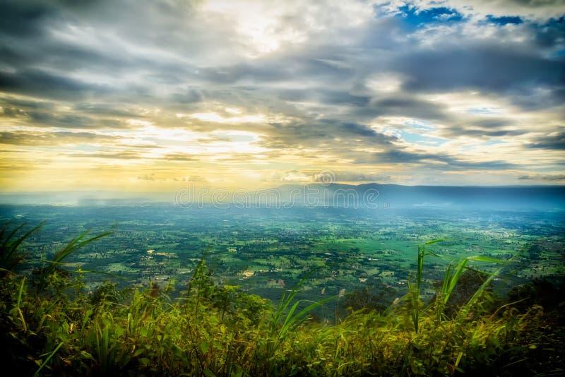 Paisaje de altas montañas en la puesta del sol imagenes de archivo