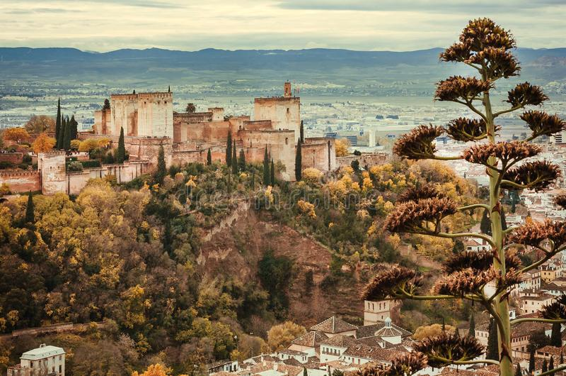 Paisaje de Andaluc3ia Torres de Alhambra, de casas viejas y de montañas en el fondo de Granada fotografía de archivo libre de regalías