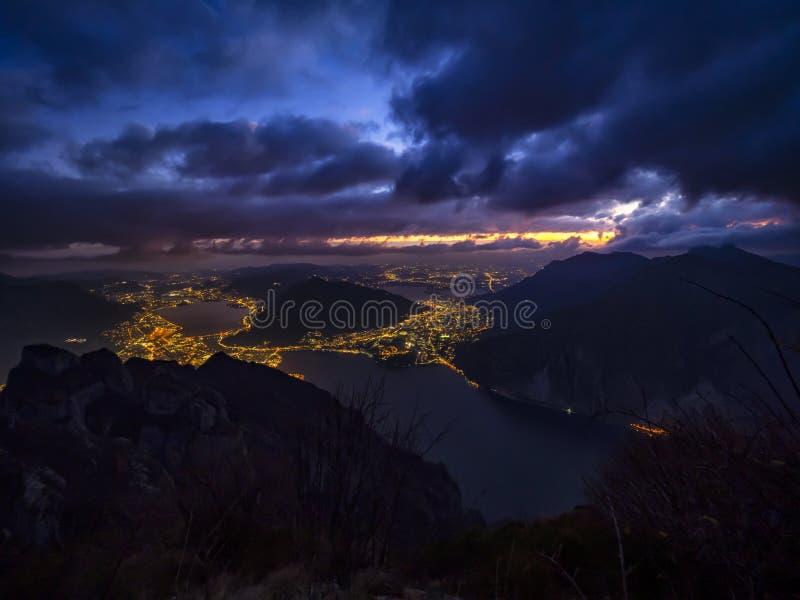 Paisaje de Como del lago por noche imágenes de archivo libres de regalías