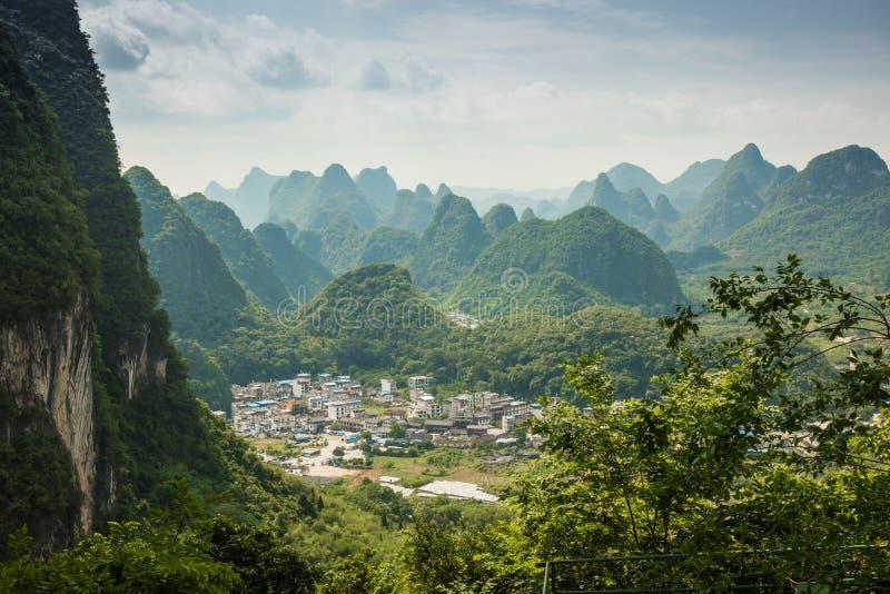 Paisaje de Guilin, montañas del karst Localizado cerca de Yangshuo, GUI foto de archivo libre de regalías