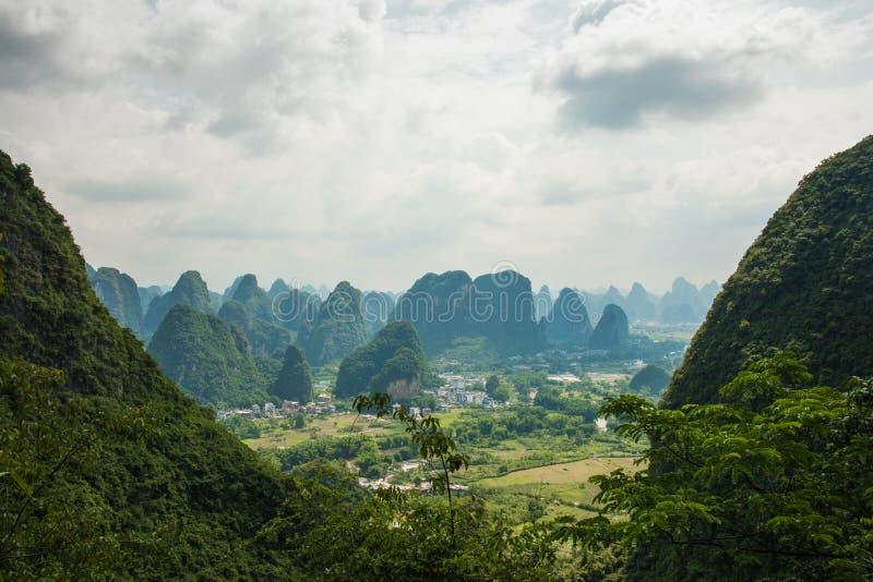 Paisaje de Guilin, montañas del karst Localizado cerca de Yangshuo, GUI imagenes de archivo