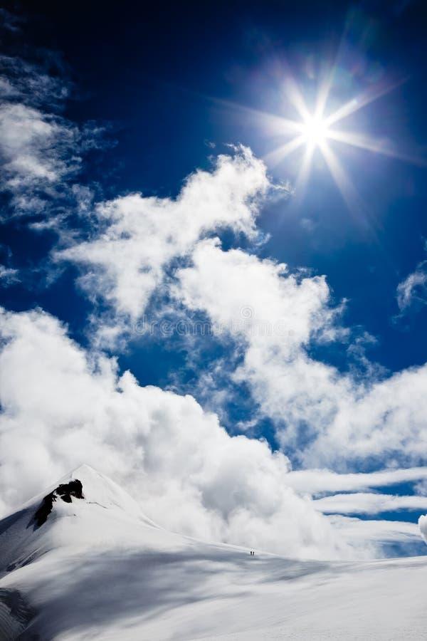 Paisaje de la alta montaña: glaciares y nubes fotos de archivo libres de regalías