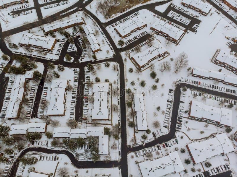 Paisaje de la altura de la calle con los edificios nevados de las casas, un cielo gris nublado de la ciudad imagen de archivo