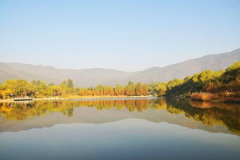 Paisaje de la caída del agua del lago imágenes de archivo libres de regalías