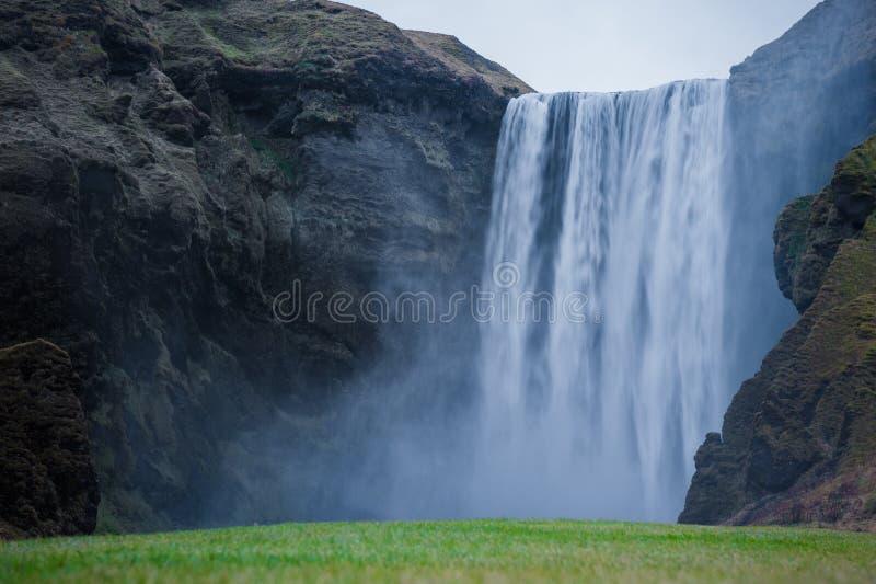 Paisaje de la cascada de Islandia Skogafoss con el musgo de la montaña en la tierra Exposición larga imagen de archivo libre de regalías