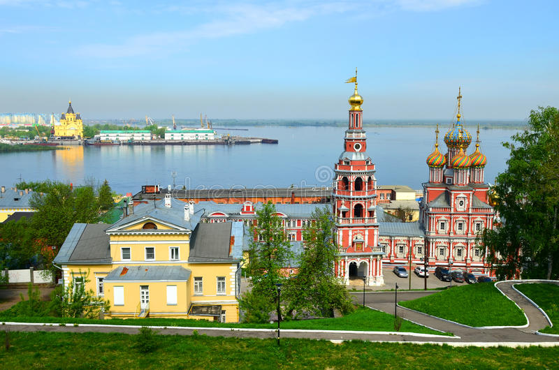 Paisaje de la ciudad con el río y la iglesia de Stroganov en Nizhny Novgorod fotografía de archivo
