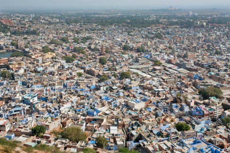 Paisaje de la ciudad con las casas del azul del ladrillo fotografía de archivo libre de regalías