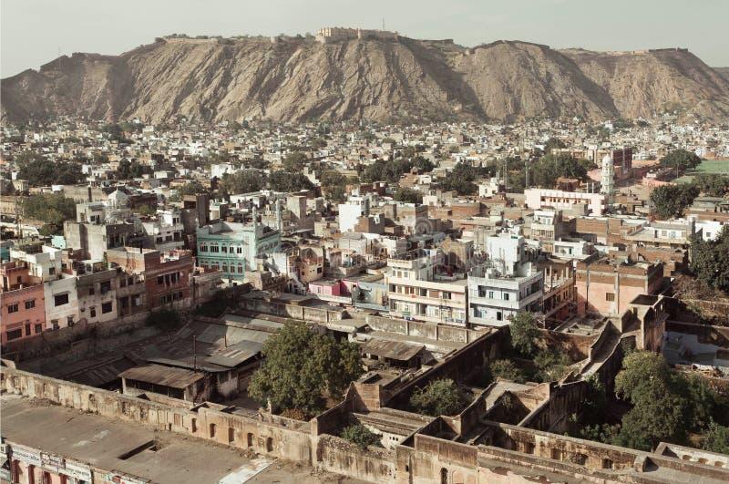 Paisaje de la ciudad con mountaine y las calles foto de archivo