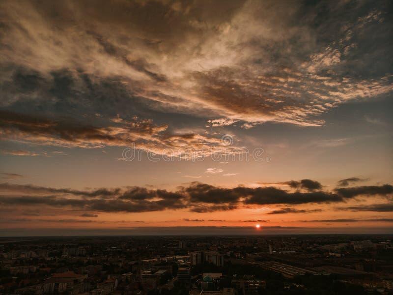 Paisaje de la ciudad con puesta del sol dramática del cielo imagen de archivo