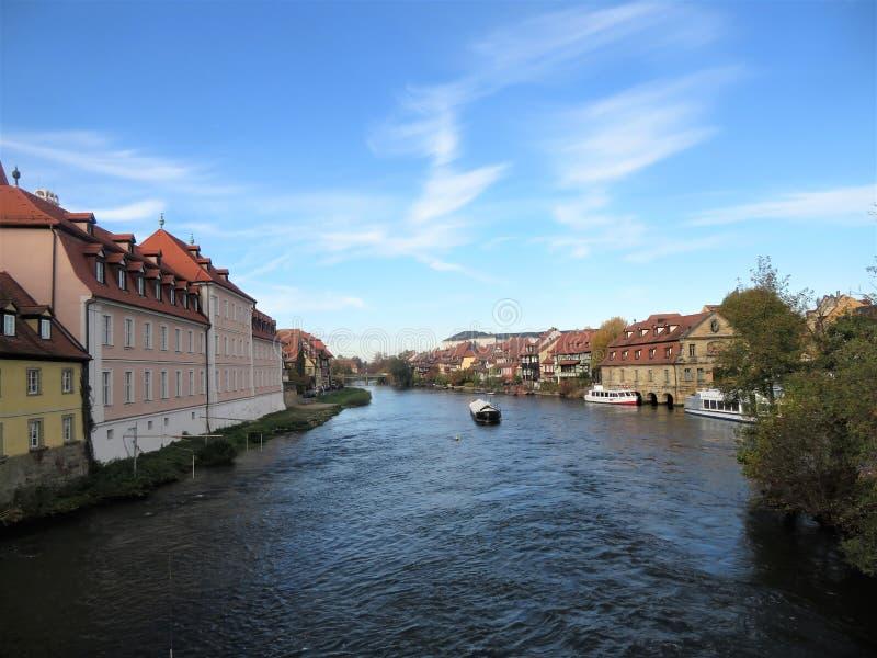 Paisaje de la ciudad con vistas al río foto de archivo libre de regalías