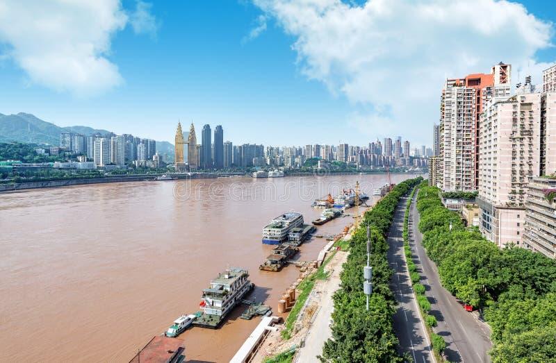 Paisaje de la ciudad de Chongqing y el río Yangzi imagen de archivo