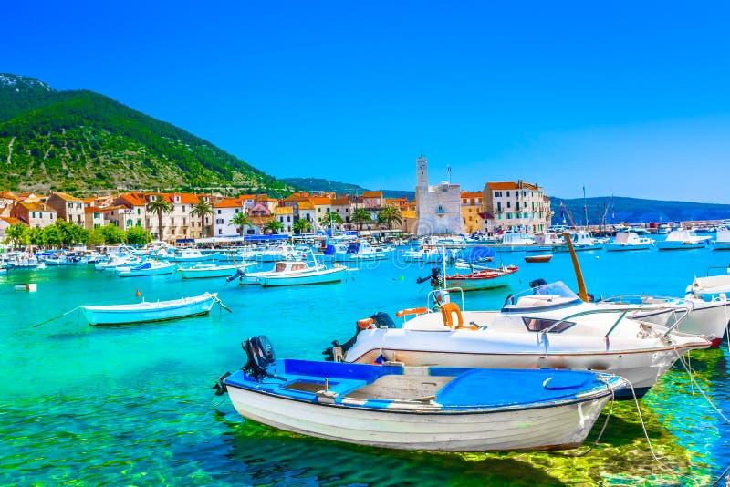 Paisaje de la ciudad de Komiza en Croacia, mediterráneo fotografía de archivo