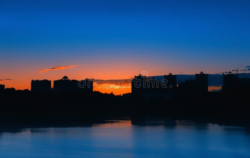 Paisaje de la ciudad de la noche con el lago fotos de archivo