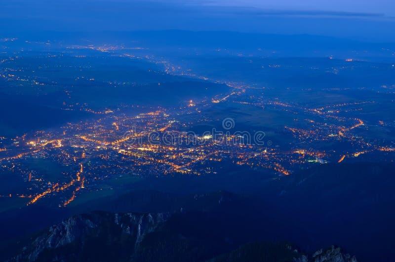Paisaje de la ciudad en la noche imágenes de archivo libres de regalías