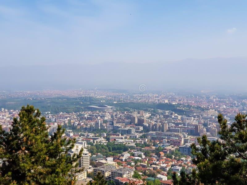 Paisaje de la ciudad en un día soleado con el cielo azul imagenes de archivo