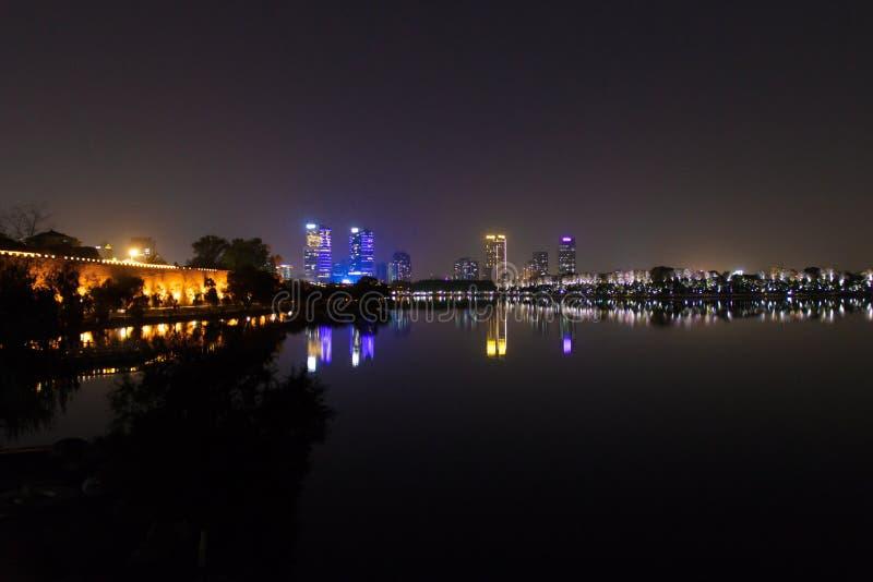 Paisaje de la ciudad de Nanjing en la noche del lago fotos de archivo libres de regalías